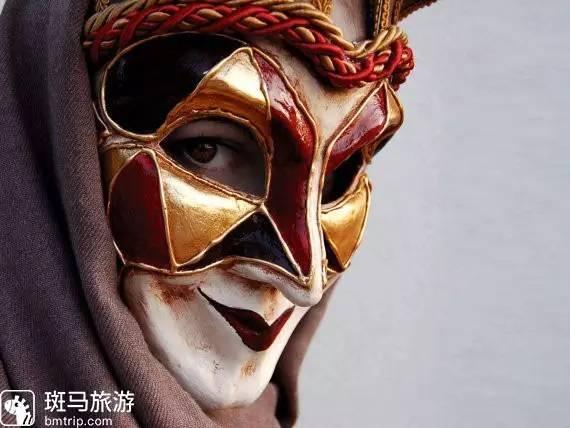 """"""",是一种女性面具的变异体,跟中世纪一种特别的小丑脸谱有关联."""