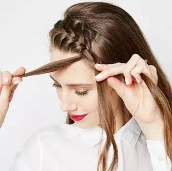 所以今天为大家带来的这款盘发,就是文艺少女们日常最爱的发型.