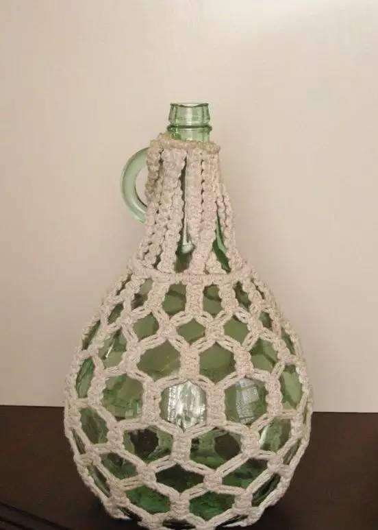 时尚 正文  漂亮的酒瓶扔掉了可惜 用棉绳编一下,瞬间变成艺术品 用来
