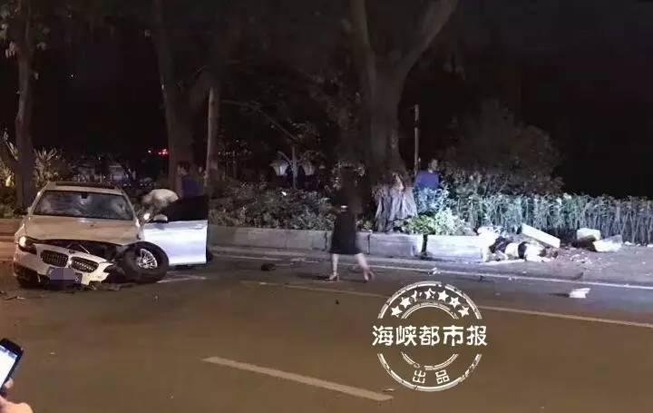 福州西湖正门口,宝马撞死骑共享单车的女子 司机当场嚎啕大哭 有视频