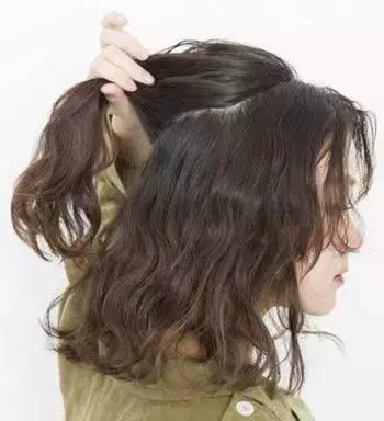 知道烫发后怎样扎头发好看吗?这样扎整个人都超美的!图片