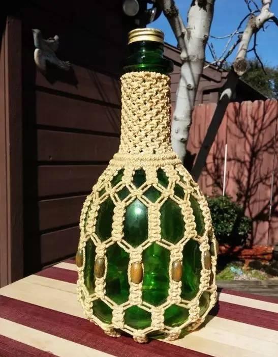 漂亮的酒瓶扔掉了可惜 用棉绳编一下,瞬间变成艺术品 用来插花或是用