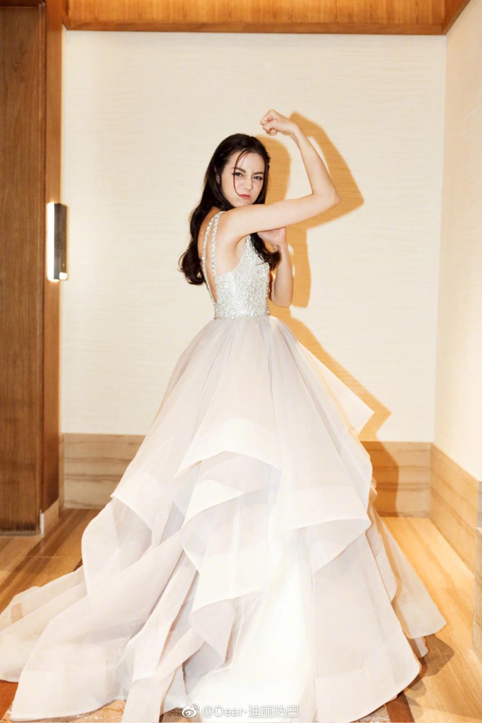 4月14日,迪丽热巴微博晒出自己四张身穿白色礼服照,妆容精致的她太图片