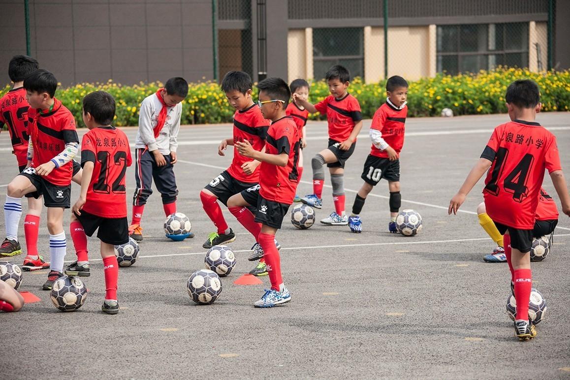 龙泉路小学校园足球训练营,足球梦的开始…