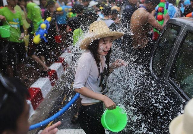 泰国泼水节,认不认识都往身上泼,有些女性尴尬了