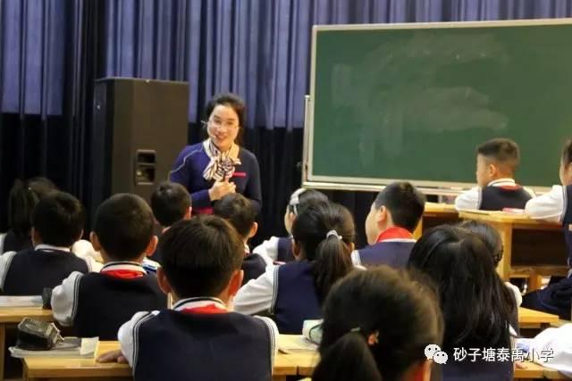 教育 正文  陈凤老师的《轴对称图形》一课牢牢抓住图形的本质特征,以图片