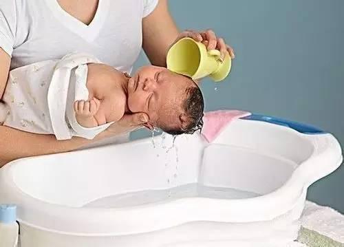 别胡乱给孩子洗澡了 影响孩子一生,再后悔也晚了图片
