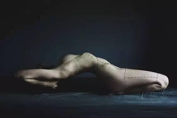 被缝补起来的身体雕塑