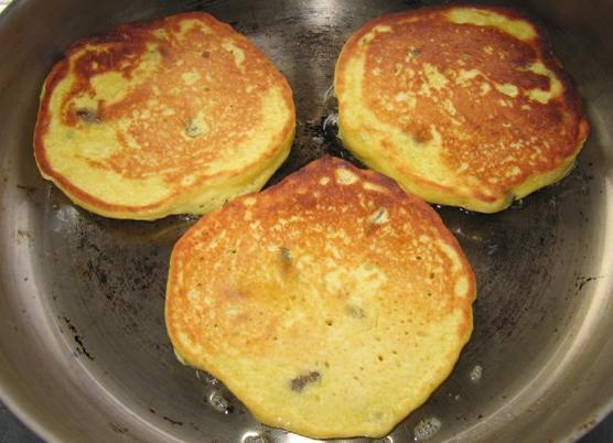 3,起锅,倒入少量油,将面糊倒入锅中,摊成薄厚适中的小圆饼,小火慢煎.