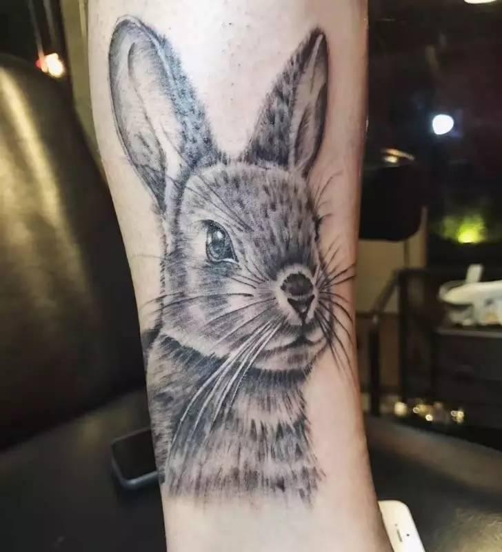 y:除了纹身之外,还有什么别的兴趣爱好 a:画画,健身,陪伴家人图片