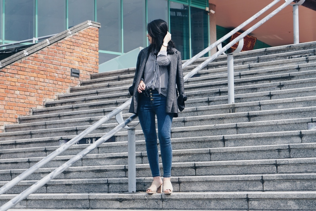 装配牛仔裤_穿搭街拍,妹纸职业装配牛仔裤,在街头气质明显