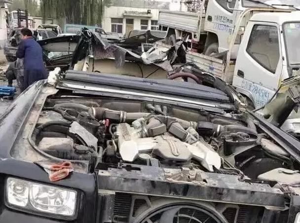 劳斯莱斯发生车祸,维修费太贵,车主把零件拆开卖