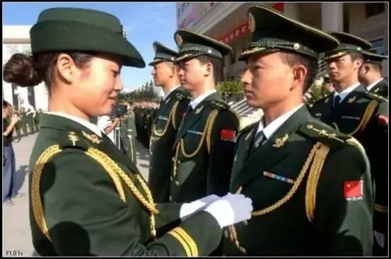 07式警官肩章有礼服常服之分,常服肩章有软硬之分,配用不同军装.图片