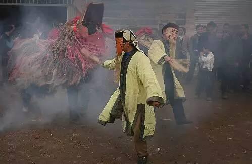 后面的唐僧师徒则戴着傩面,踩着节拍边走边舞,尾有小吹打演奏.