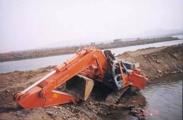 筑施工中见到的挖掘机花样事故,估计挖机老板看到会吐血
