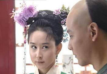 99年与张卫健夫妻一起出演了电视剧《方谬神探》,里边胡静饰演的司徒