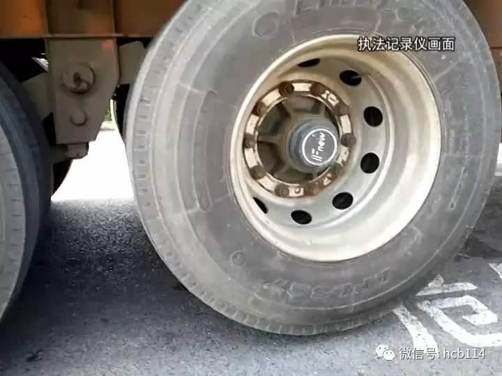 大货车自身装备了一个气动阀门,通过车辆气压装置可以将一轴轮胎提起图片
