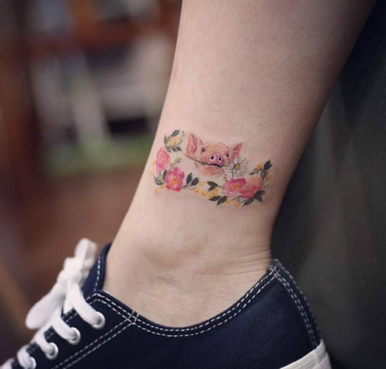 女性脚踝纹身小清新的猪纹身图案 纹乐图片