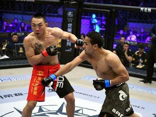 崔刘才铁笼内打法凶悍竟逼得外国拳手使用犯规手段