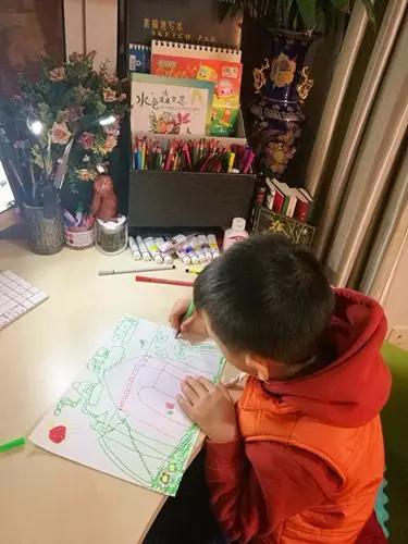 ,园长表扬他在画画方面有浓厚的 回家后,就自己拿着画笔在白纸上