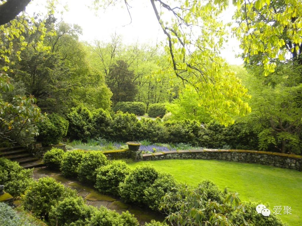 Short Hills在新泽西州的埃塞克斯郡。这是一个流行的通勤小镇,居民大多在纽约市工作。这个小镇有着自己对于环境和自然的坚持,Greenwood Gardens通过展示欧式园林的景观建筑,倡导大家关注节约用地和尊重自然。在这里,不仅游客可以免费参与Garden tour,还有很多关于植物及花卉艺术的讲座和交流会。 7 SMITHTOWN, NY