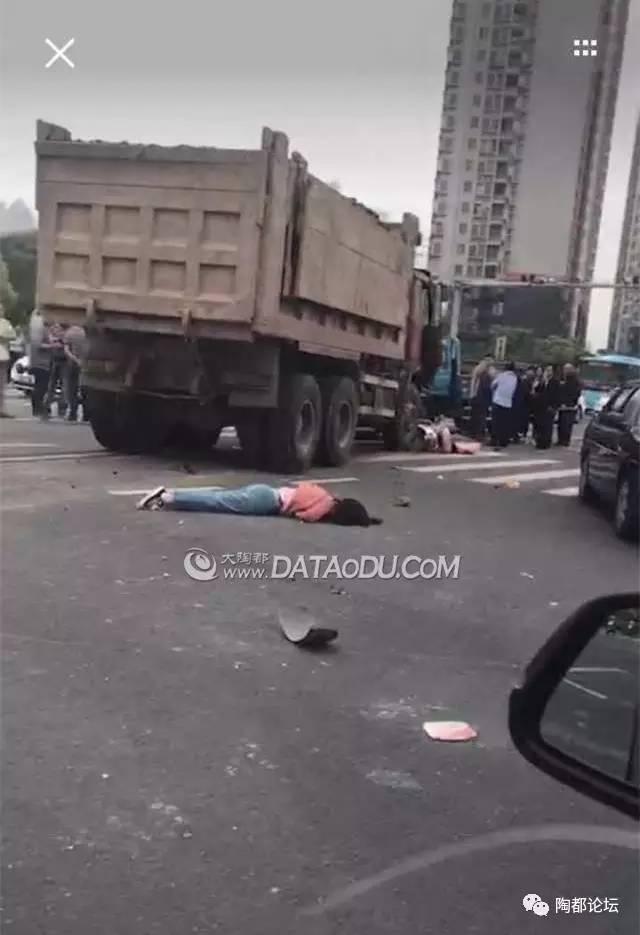 【突发】宜兴东氿大道发生严重车祸,小车被两大车前后