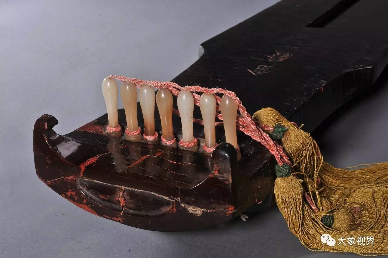 """琴面断纹种类较多,蛇腹断、冰片 在管平湖先生修复""""金声""""琴的同"""