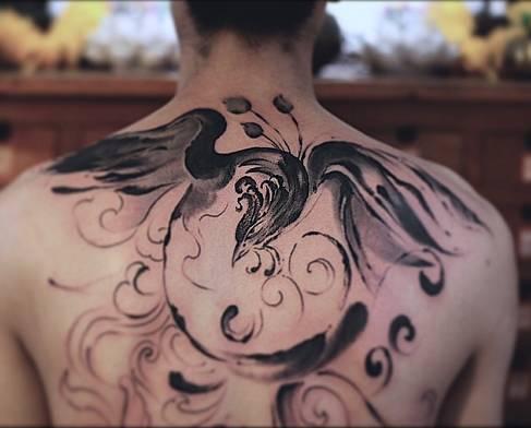 水墨纹身讲究意境 它不像传统纹身风格那样 割线,画轮廓,然后再上色