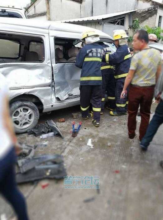 村路段发生恶性车祸,多辆车发生碰撞,现场一片狼藉