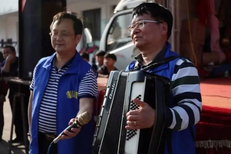 口琴也是手风琴家族的一员,龚焰独奏《山楂树》,肖主席即兴伴奏也是图片