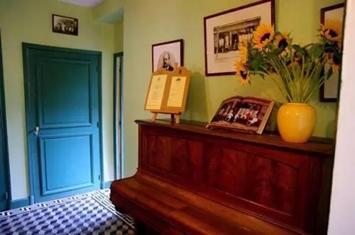拉乌餐馆一角,左边便是通往梵高房间的楼梯-寻觅梵高,行走在他星