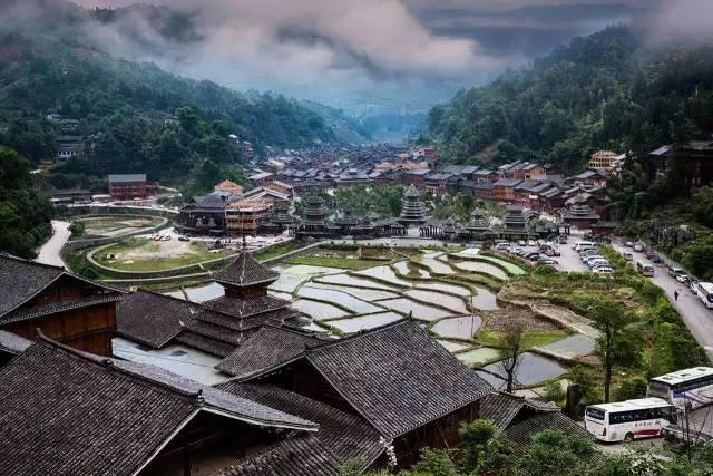古寨古镇篇 肇兴侗寨四面环山,寨子建于山中盆地,一条小河穿寨而过.