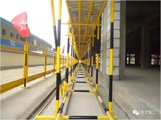 横向扫地杆亦应采用直角扣件固定在紧靠纵向扫地杆下方的立杆上.-