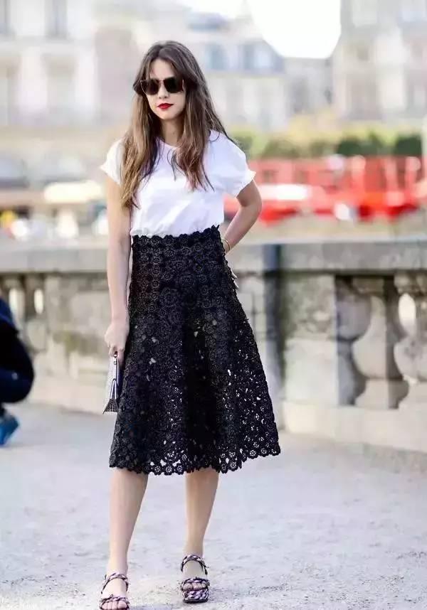 配上黑色蕾丝半裙