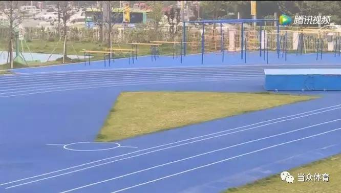 两所新建学校塑胶跑道获赞,家长参与质量监督