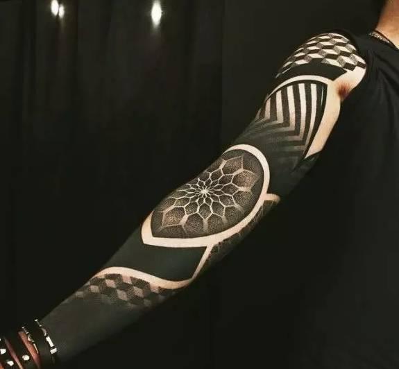 你可以黑色全覆盖 也可以精心设计花纹 相当有未来感 可拼接 可镂空
