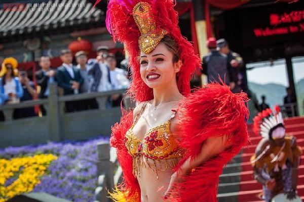 浙江象山桑巴舞狂欢节,面对火辣美女,这位大爷尽显老司机本色 - 寒残一叶 - 寒残一叶的博客