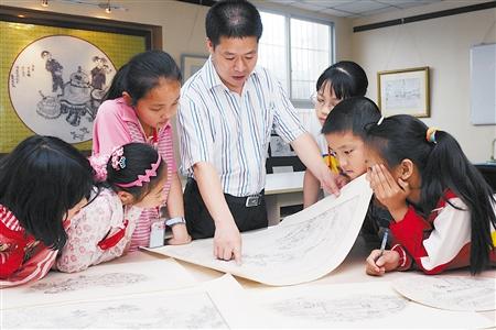 德指导学生欣赏线描画作品 北碚区委组织部供图-乡村美术教师的画