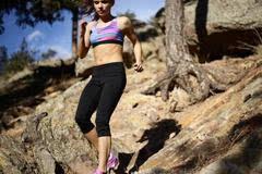 坡度跑训练强化肌肉力量 跑姿注意保持平衡