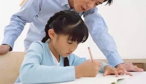 父母陪孩子写作业图片
