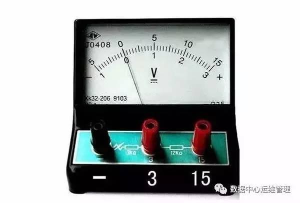 常用电压表——伏特表符号:v,在灵敏电流计里面有一个永磁体,在电流计