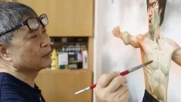 他坚持站着作画,一手画下传奇,成龙、周星驰都指定他画海报 - 浪浪云 - 仰望星空