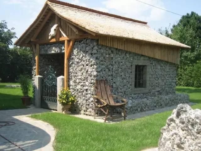 1,石笼与院墙结合: 仅仅是石头,设计师就不满意了.