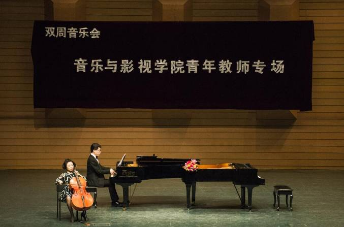 刘慧慧演唱的《青春舞曲》和《粉墨春秋》伴着轻松愉快的琴声,将中图片