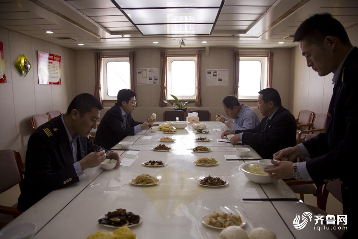 """""""家"""",船员的衣食住行都在船上.烟台至大连的""""渤海玛珠""""号客滚"""