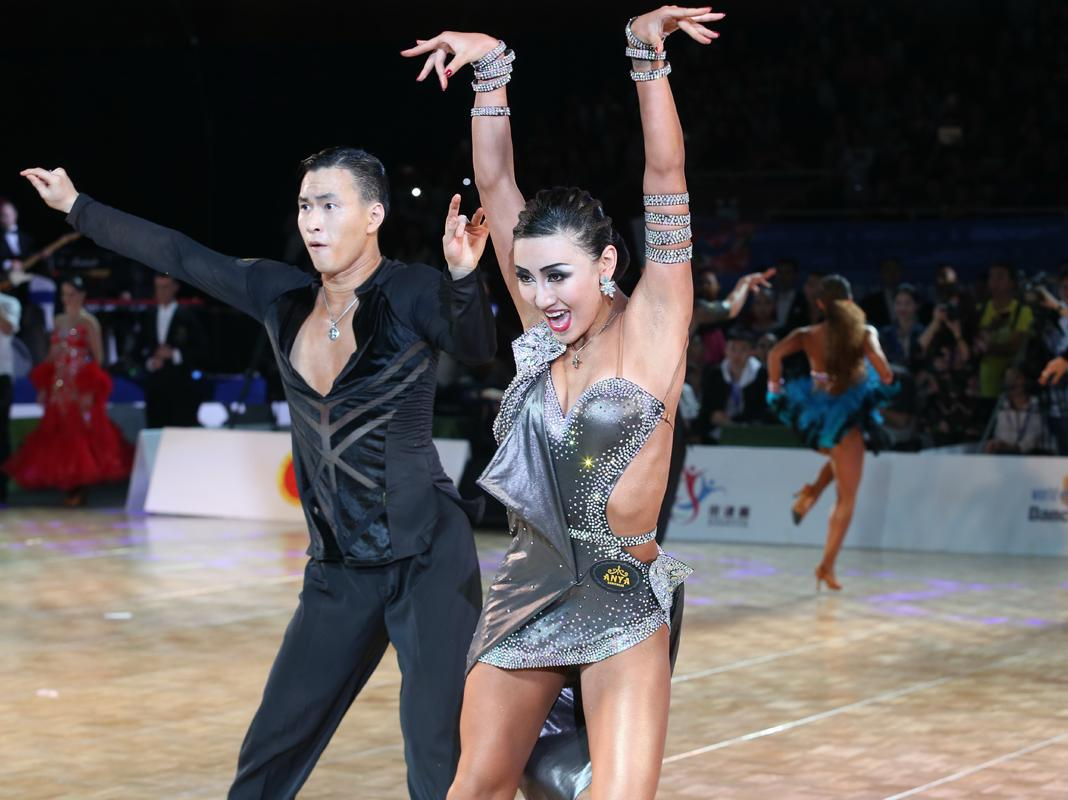 第三届京津冀体育舞蹈公开赛上演裙舞飞扬