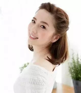 短发编发:耳后前额刘海全固定的辫发,清新自然,不刻意,很淑女
