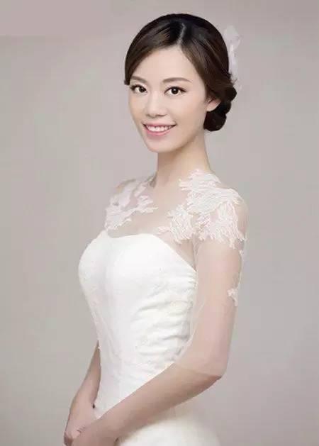 2款新娘盘头发的方法教程,卷发盘发最显大方气质!图片