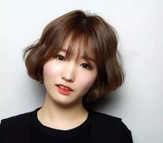 空气刘海短发,短波波头加上波浪卷减龄又显脸小,齐刘海修饰秒变学生妹图片