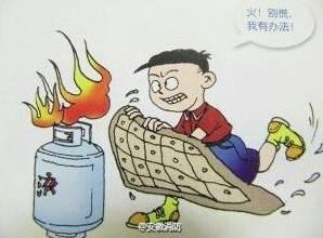 家里煤气罐刚着火时别慌,一个简单的动作就可以把火熄灭!图片